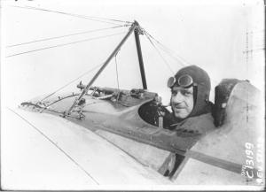Eugène Gilbert sur son appareil de combat, « Le Vengeur », un monoplan Morane-Saulnier moteur « Le Rhone ».