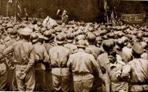 Dans le camp militaire de La Courtine, un commandant de l'armée russe tente de raisonner les soldats mutins.